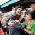 Yingluck Shinawatra (C) makes a stop at a snack shop as part of Yingluck's 'fighting with smiles' tour in the northern Thai province of Lampang Sunday. / Photo  CHRISTOPHE ARCHAMBAULT
