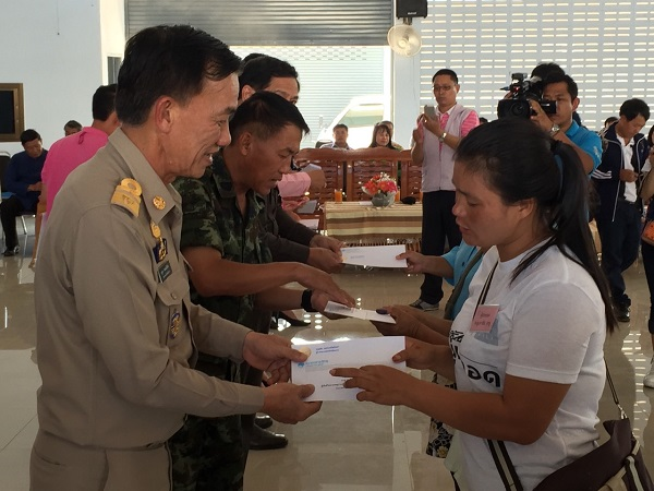 Chiang Rai Chiang Rai Gov. Boonsong Techamaneesathit on Friday hands over donations to families of dead and injured school girls at the Wiang Pa Pao District Office in Chiang Rai province.