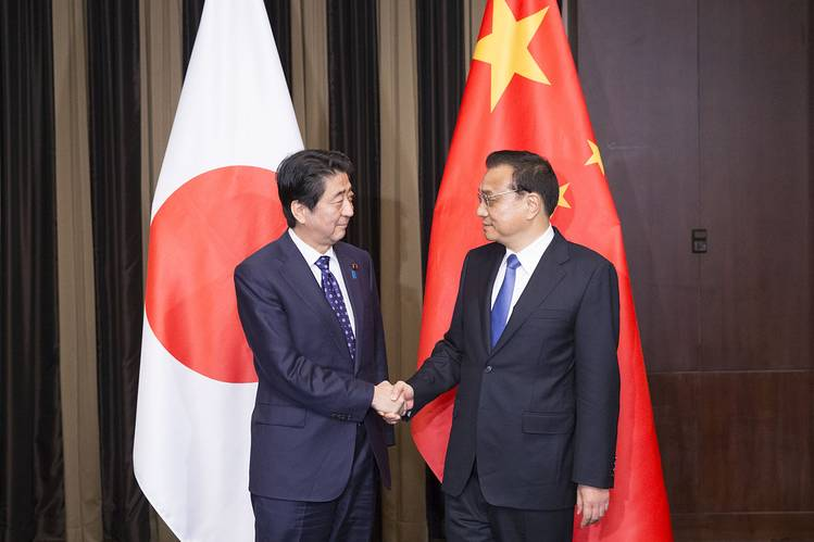 Japanese Prime Minister Shinzo Abe, left, and Chinese Premier Li Keqiang, right