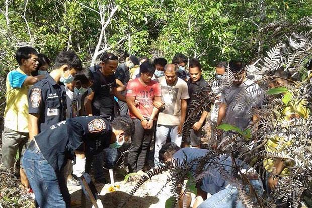 Student Thattapong Promchaisri, 22, shows police where he buried the body of his girlfriend after strangling her to death in Thung Yai district of Nakhon Si Thammarat. (Photo by Nujaree Raekrun)