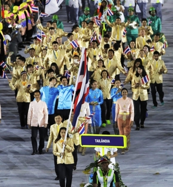 Ratchanok Intanon carries the flag of Thailand during the opening ceremony for the 2016 Summer Olympics in Rio de Janeiro, Brazil