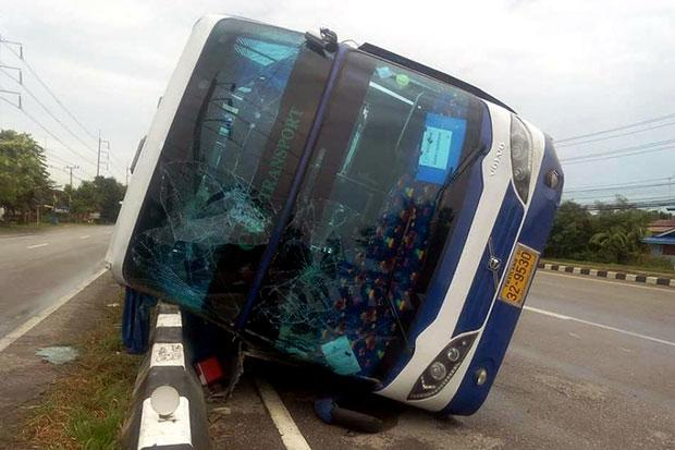 A bus carrying about 30 tourists from France had an accident in Khao Yoi district in Phetchaburi-Photo by Chaiwat Satyaem