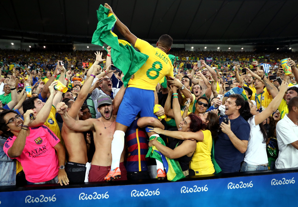RIO DE JANEIRO, BRAZIL - AUGUST 20:  Rafinha of Brazil celebrates after the Men's Football Final between Brazil and Germany at the Maracana Stadium on Day 15 of the Rio 2016 Olympic Games on August 20, 2016 in Rio de Janeiro, Brazil.  (Photo by Lars Baron/Getty Images) ORG XMIT: 638916355 ORIG FILE ID: 592600044