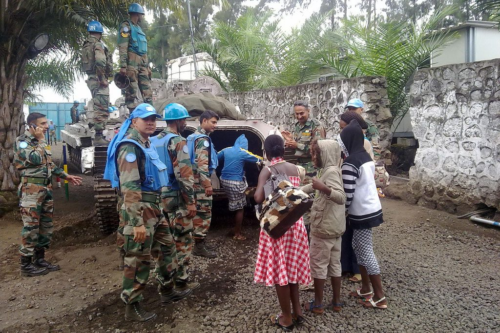 Un soldiers help people escape the bloody violence in the Democratic Republic of Congo
