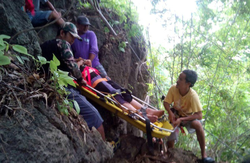 A search party found the 23 year old woman this morning (Sept 2) after she survived the night after falling 45 metres down a steep slope. Photo: Eakkapop Thongtub