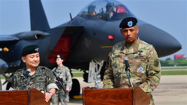 US General Vincent K. Brooks (R), commander of the United States Forces Korea, speaks as South Korea's Joint Chiefs of Staff chairman General Lee Sun-jin (L) looks on during a press briefing on the B-1B Lancer flight - Photo AFP