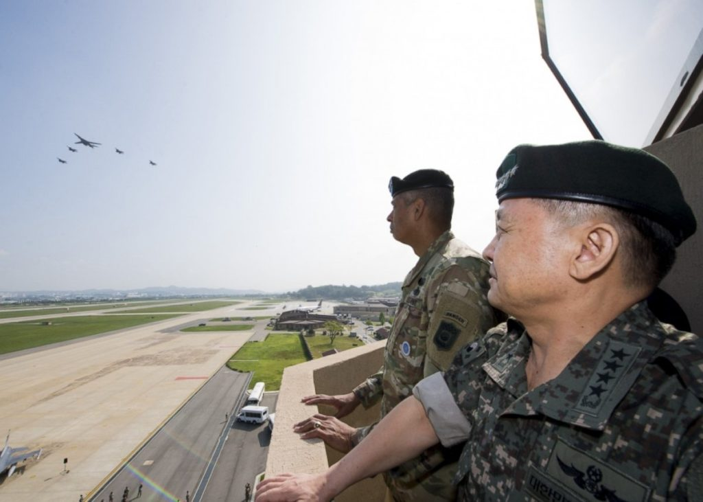 US General Vincent K. Brooks, commander of the United States Forces Korea, and South Korea's Joint Chiefs of Staff chairman General Lee Sun-jin