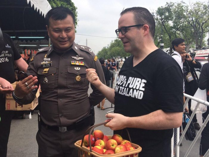 New Zealand's Ambassador Gives Away 5000 Apples to Mourners in Bangkok