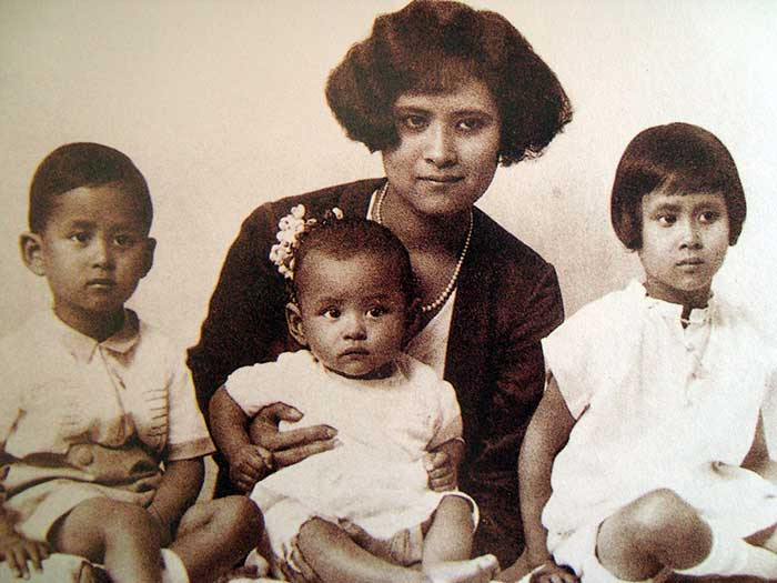 1929: Mom Sangwal Mahidol na Ayudhya with her children Prince Bhumibol Adulyadej (centre), Prince Ananda Mahidol and Princess Galyani Vadhana