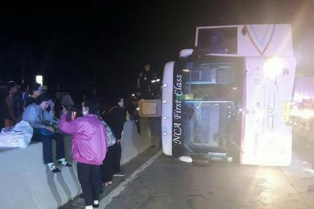 Chartered tour bus overturns in Wang Noi district of Ayutthaya early Thursday, injuring 16. (Photo by Soonthorn Phongpao)