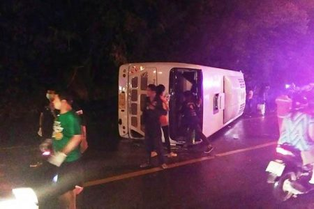 A tourist bus carrying 28 Chinese tourists toppled over on Koh Samui in Surat Thani on Sunday.