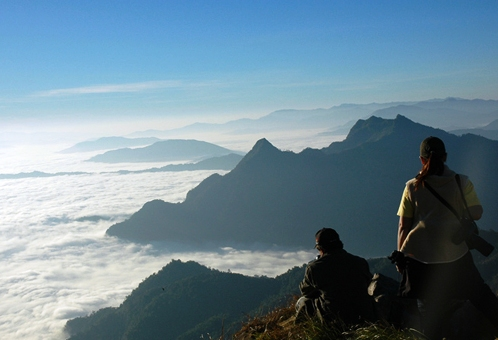 Sea of Fog Attracts Thousands of Tourists to Phu Chi Fa Mountain Peak