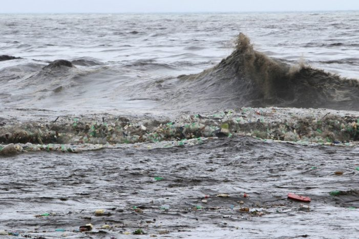 Marine Officials Try to Tackle One-Kilometre of Garbage in Guld of Thailand