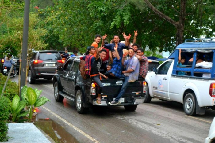 Law Prohibiting Riding in the Back of Pickups Postponed till After Songkran Festival