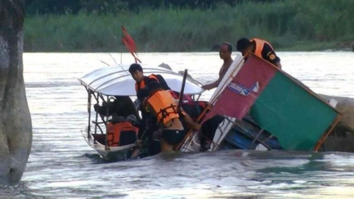 Longtail Boat Crashes in Rocks on Chiang Rai's Kok River, Killing Mother and her 2 Year-Old Daughter