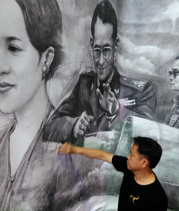 Chiang Rai Artist Makes Charcoal Portrait of HM the Late King