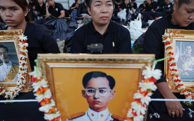 Bangkok a Sea of Black as Thousands of Mourners Pay Respect to King Bhumibol Adulyadej