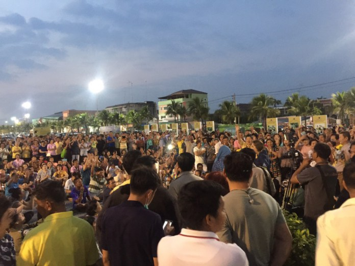 Furious ChonBuri Residents Demonstrate Over Bureaucratic Incompetence
