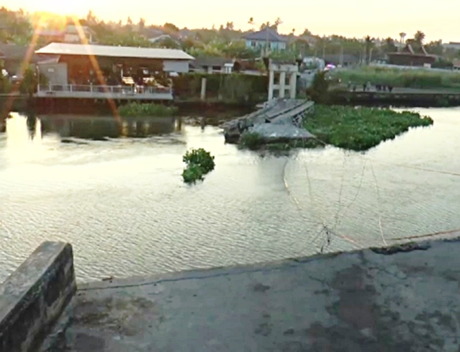 VIDEO: Bridge Collapses after Being Rammed by River Barge in Central Thailand
