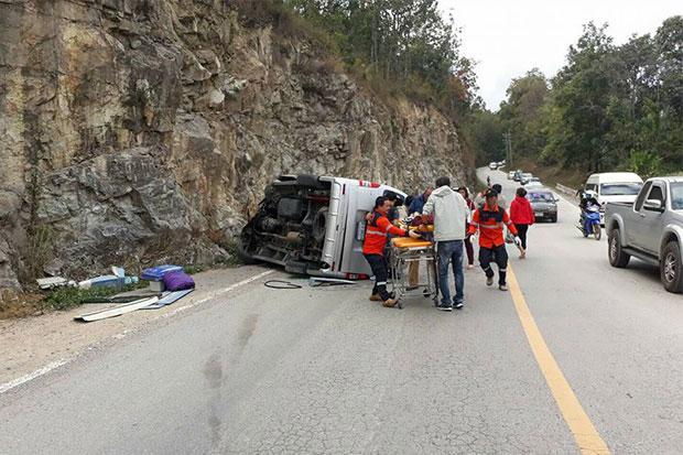 Passenger Van Driver Crashes into Rock Cliff in Chiang Mai, 1 Dead, 4 Injured