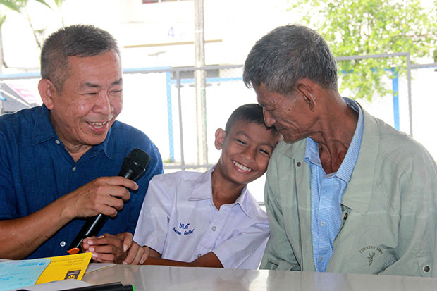 Homeless Baht Bus Driver and his 10 year-old Son Overwhelmed at Thai Public's Generosity