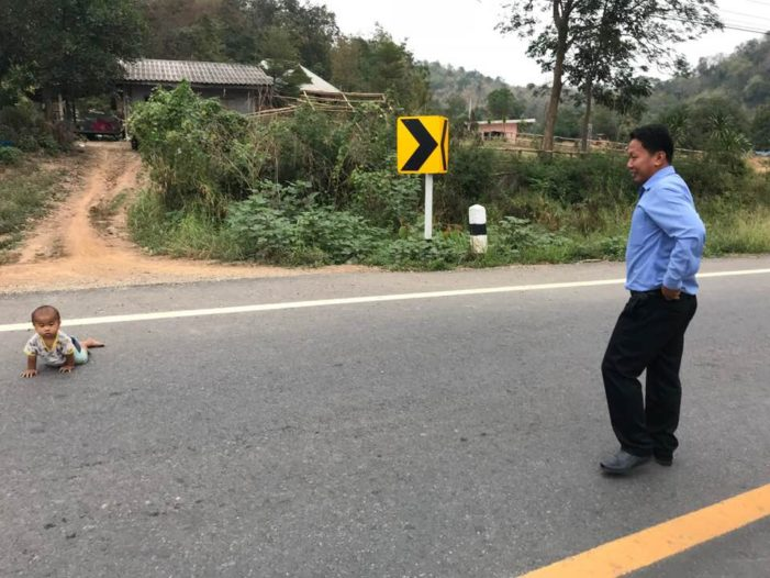 Thai School Teacher Finds Toddler that Crawled Out onto Main Road While Father Slept
