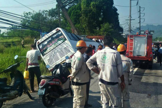 Driver Killed, 19 Tourists Injured After Bus Crashes into Power Pole in Southern Thailand