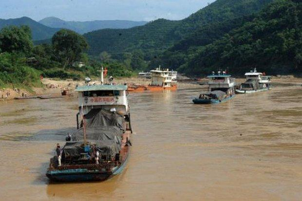 River Barges Stranded as Mekong River Becomes to Low to Navigate