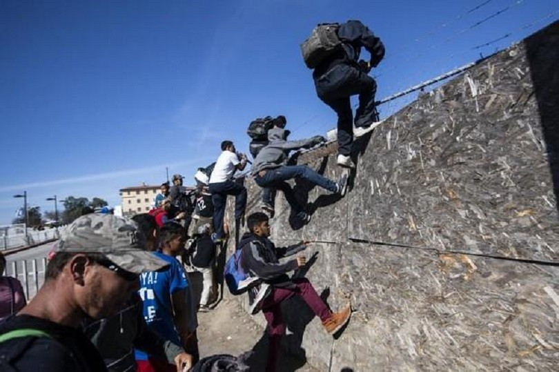 US Customs and Border Protection Shut Border Crossing as Migrants Try to Rush Across