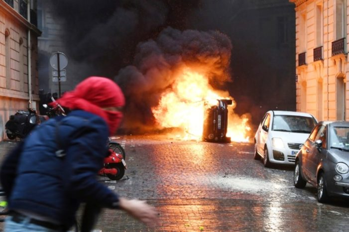 Cars and Barricades Burn as New 'Yellow Vest' Protests Hit Paris