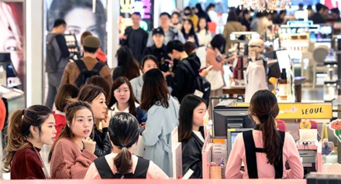 Mainland Christmas Shoppers Splurge on Discount Sales in Hong Kong