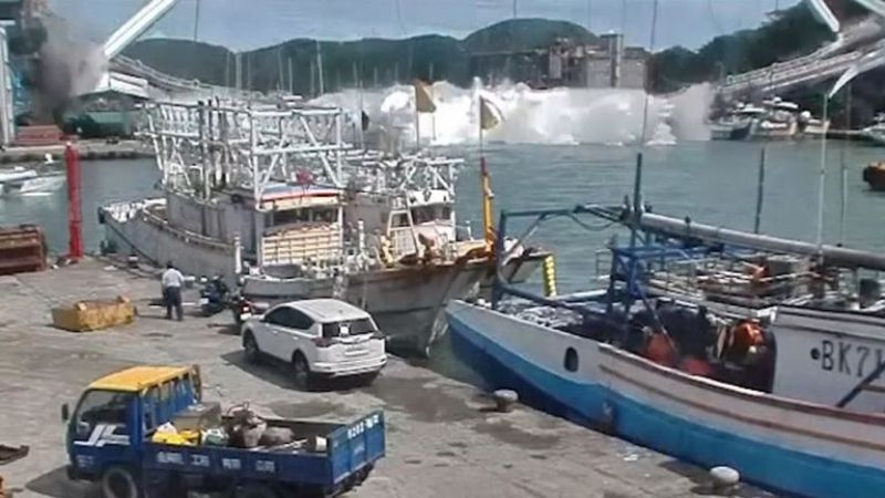 Nanfangao Arched Suspension Bridge Collapses in Taiwan Bay