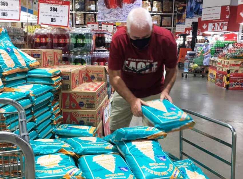 Good Heated Australian Organizes Food Donation in Chiang Mai