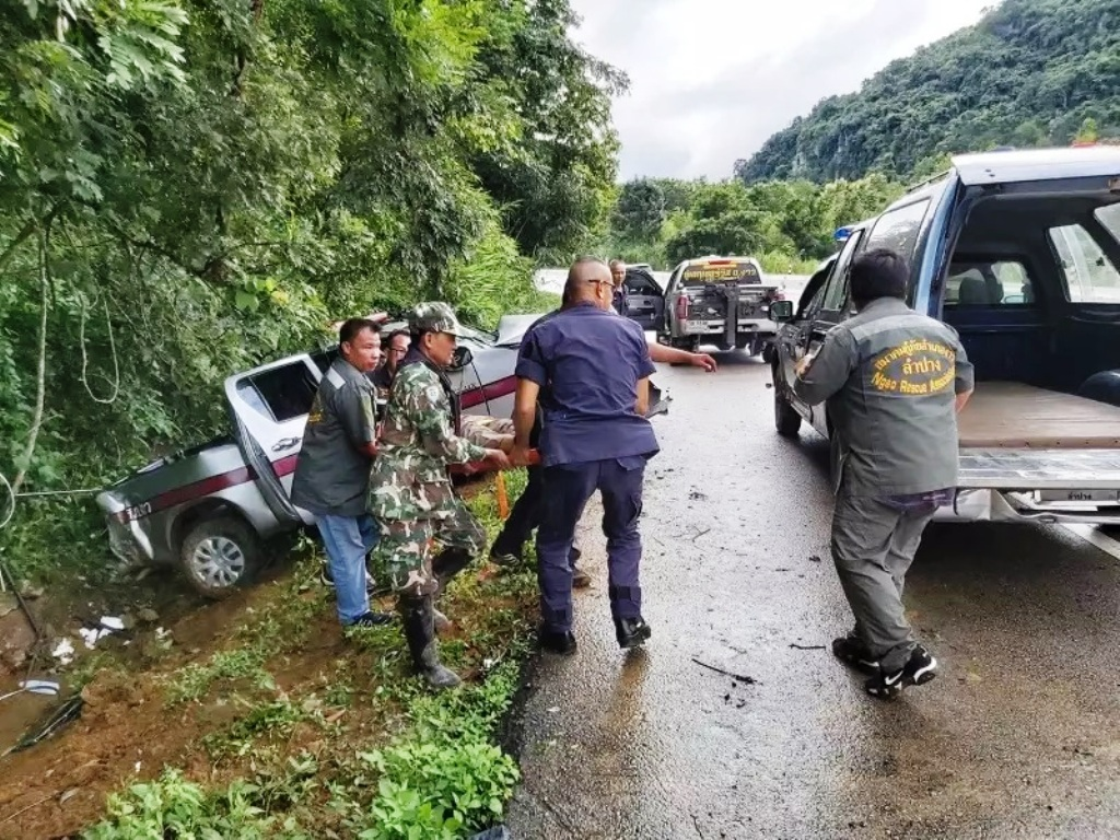 Police Officers Hospitalized after Crashing Pickup in Northern Thailand