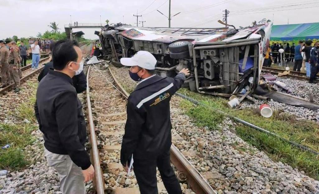 Eighteen Killed after Train Collides with Bus in South of Bangkok