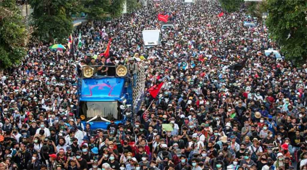 Thousands of Anti-Government Protesters March on Government House