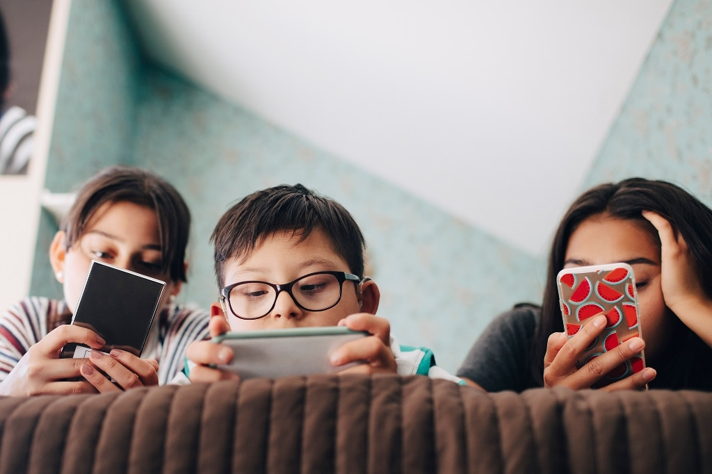 Helping Child Maintain a Healthy Relationship With Screens
