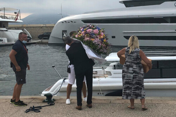 A large arrangement of flowers was carried onto Bennifer's yacht.