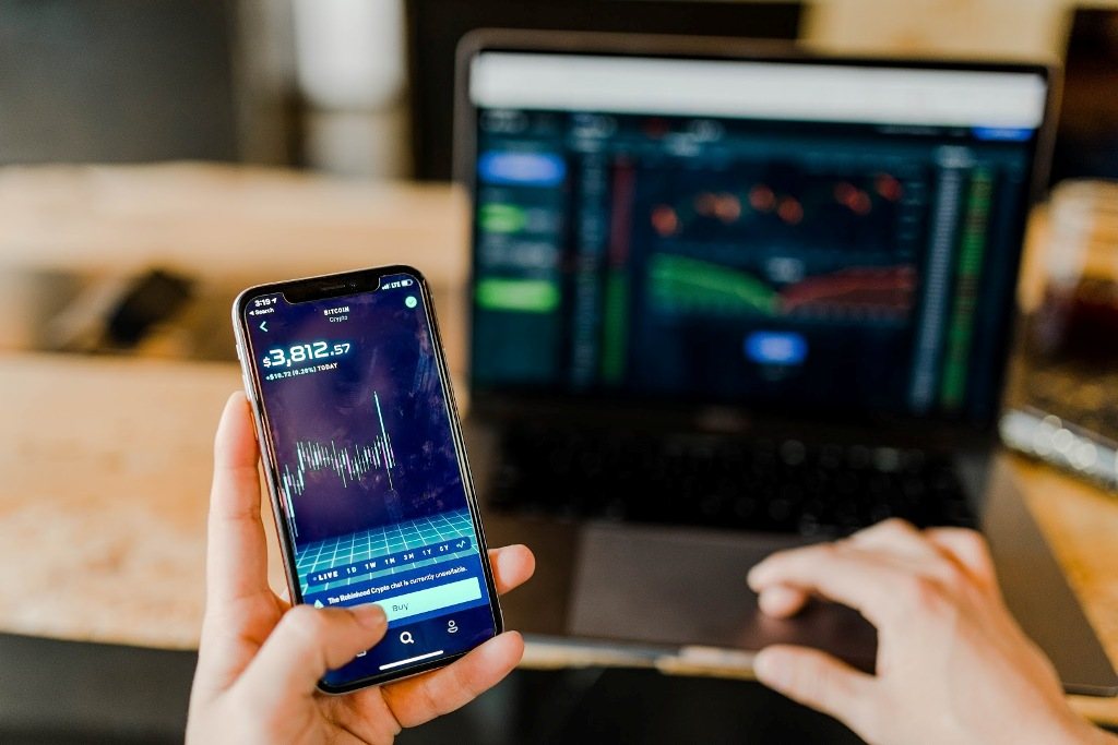 Holdings, Trading on the SET Efficiently Through Leveraging an Investment Tracker