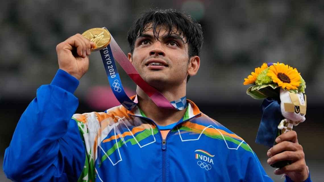 Neeraj Chopra with his gold medal at Tokyo 2020