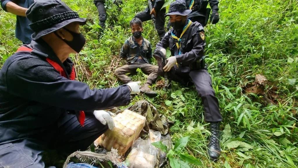 chiang mai Task Force Captures Teenage Drug Runners4