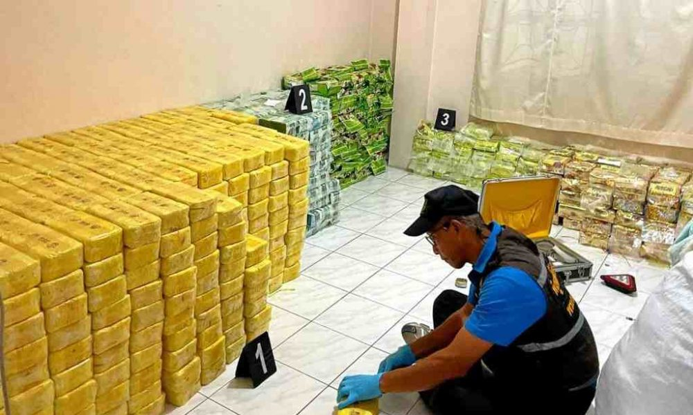 """Photo of Narcotics Police Make """"Huge Drug Bust"""" in Central Thailand 